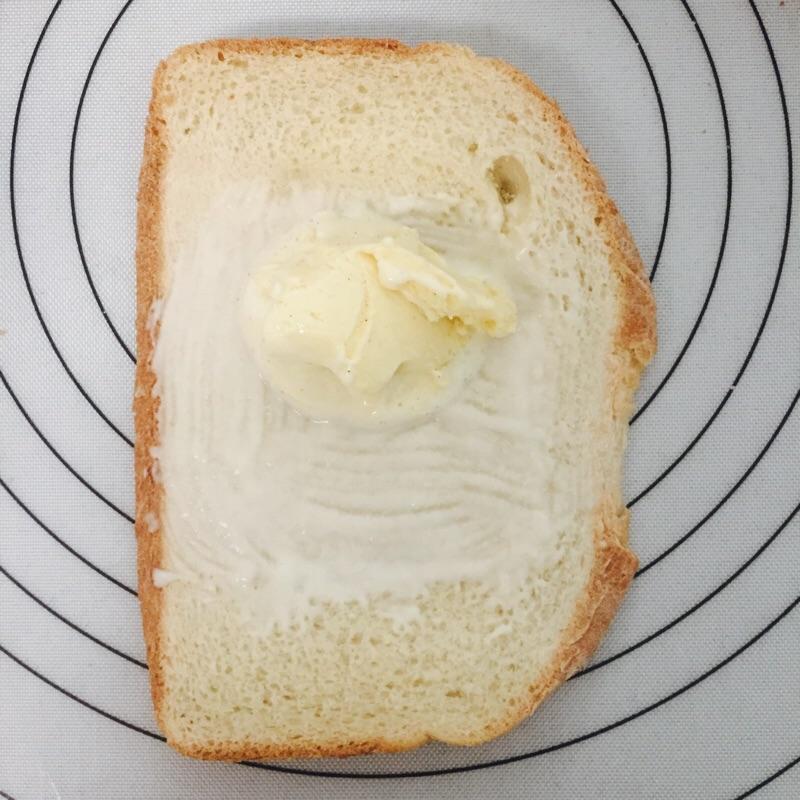 然后一个可爱的冰激凌面包就做好啦,赶快送入冷冻室.